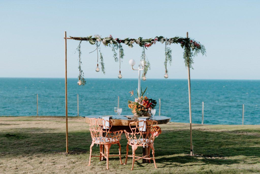 Jantar romântico na beira da praia